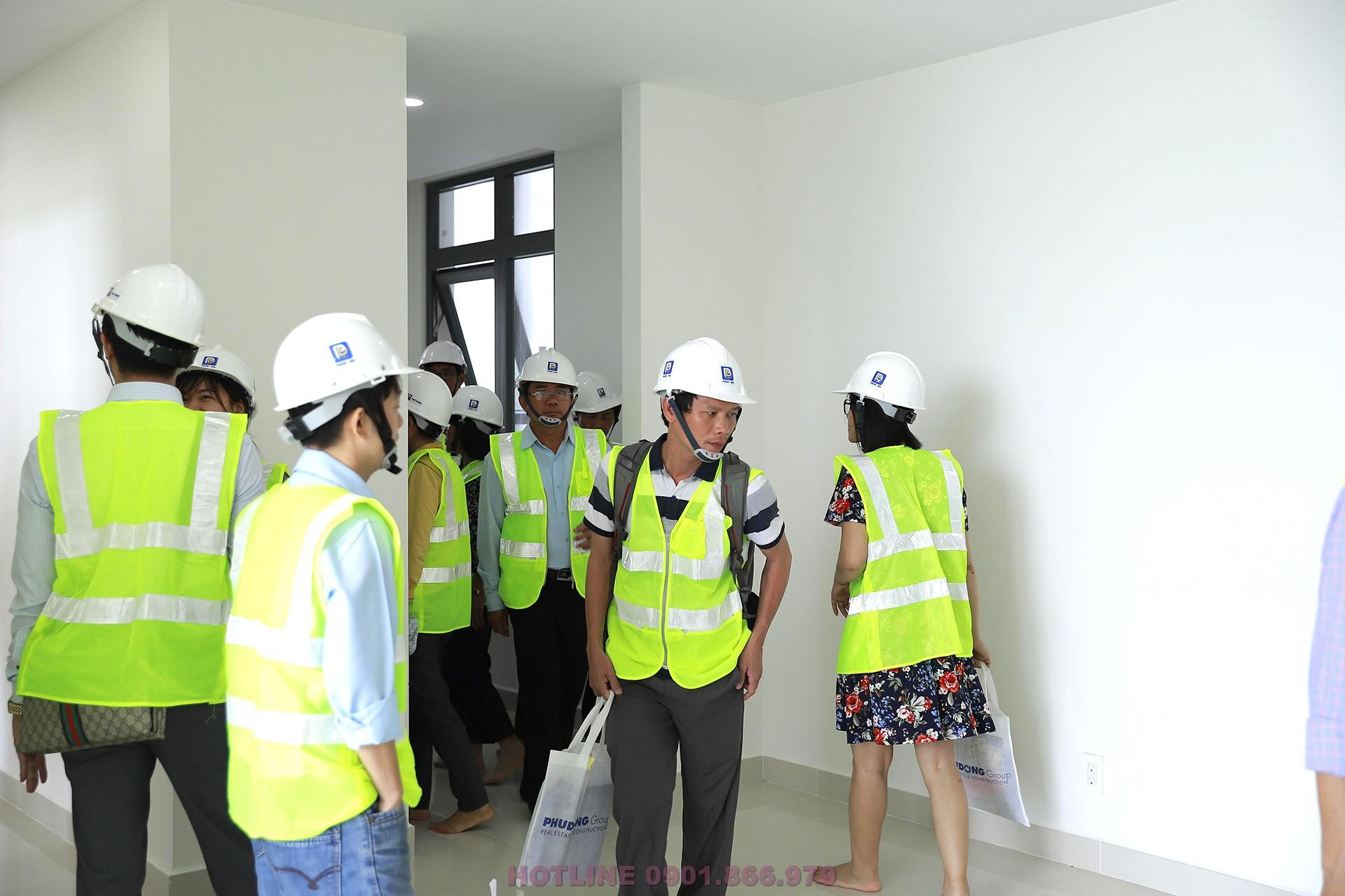 Khách hàng được xem căn hộ Phú Đông Premier thực tế tại công trường đang thi công